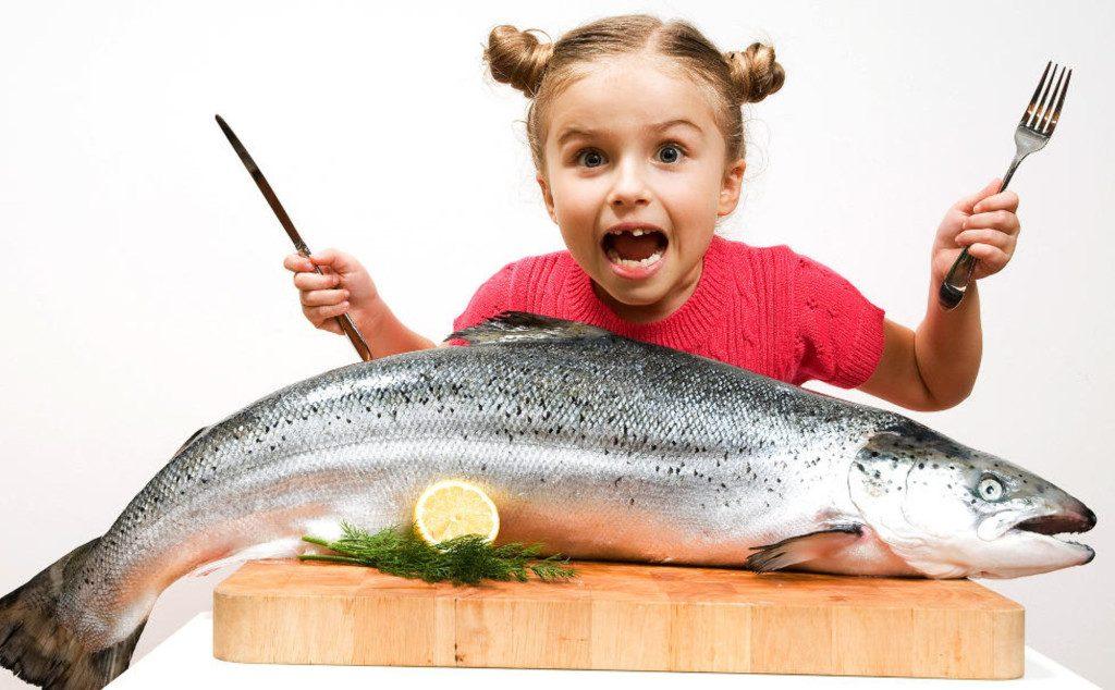 девочка и лосось