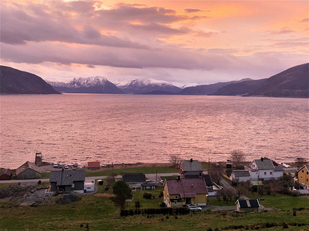 панорама острова Гудьой с розовым рассветом в туре с Uniktur